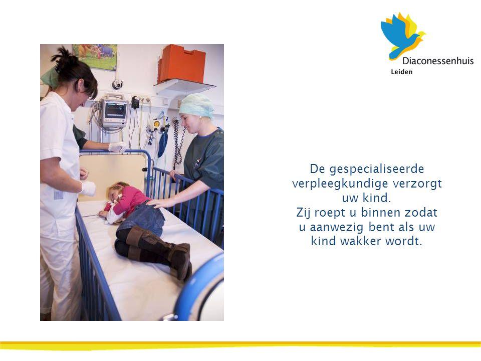 De gespecialiseerde verpleegkundige verzorgt uw kind.