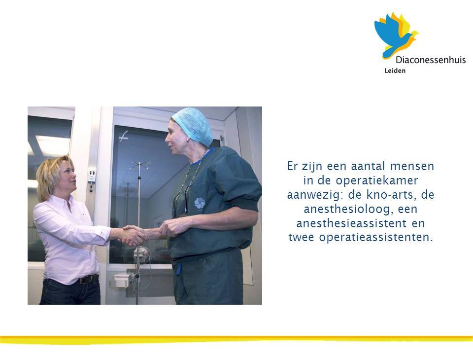 De anesthesioloog legt uit wat er gaat gebeuren. Daarna gaat uw kind op de operatietafel liggen.