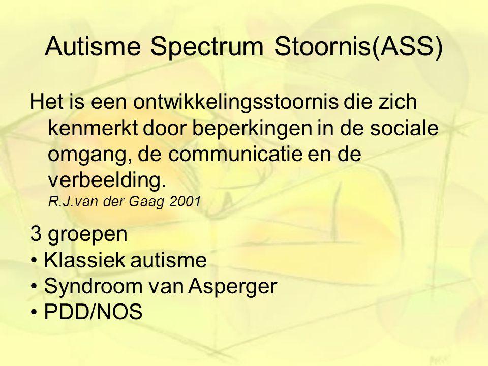 Autisme Spectrum Stoornis(ASS) Het is een ontwikkelingsstoornis die zich kenmerkt door beperkingen in de sociale omgang, de communicatie en de verbeel