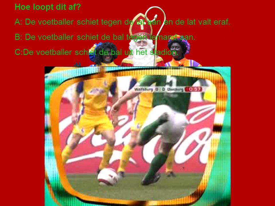 Hoe loopt dit af.A: De voetballer schiet tegen de lat aan en de lat valt eraf.