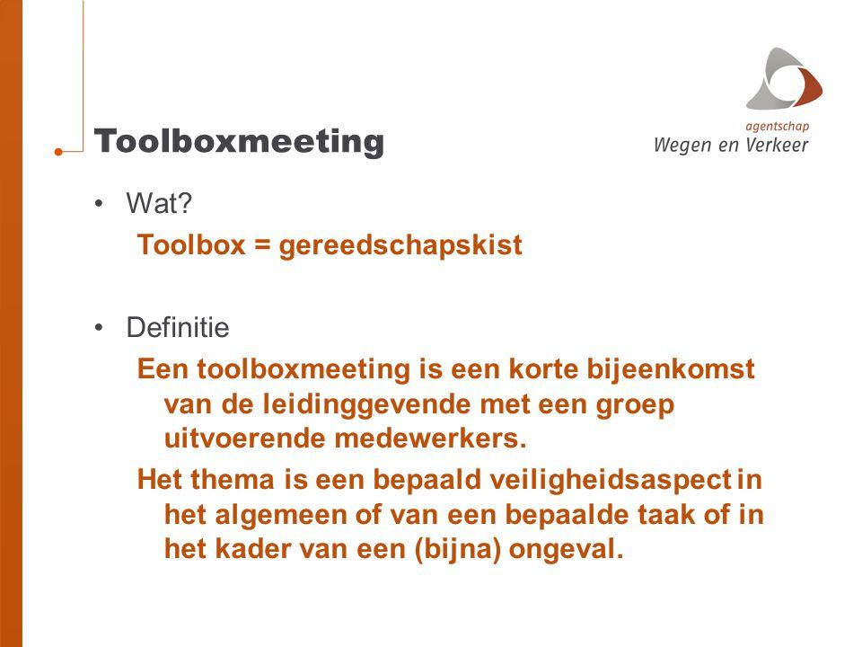 Toolboxmeeting Wat? Toolbox = gereedschapskist Definitie Een toolboxmeeting is een korte bijeenkomst van de leidinggevende met een groep uitvoerende m