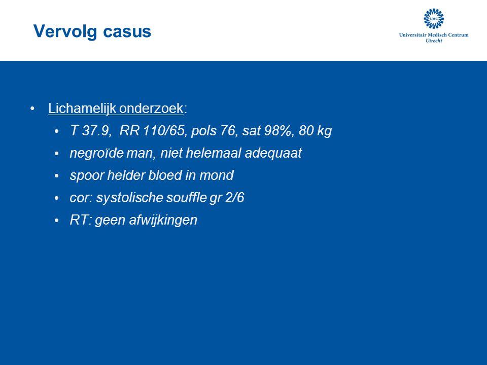 Vervolg casus Lichamelijk onderzoek: T 37.9, RR 110/65, pols 76, sat 98%, 80 kg negroïde man, niet helemaal adequaat spoor helder bloed in mond cor: s