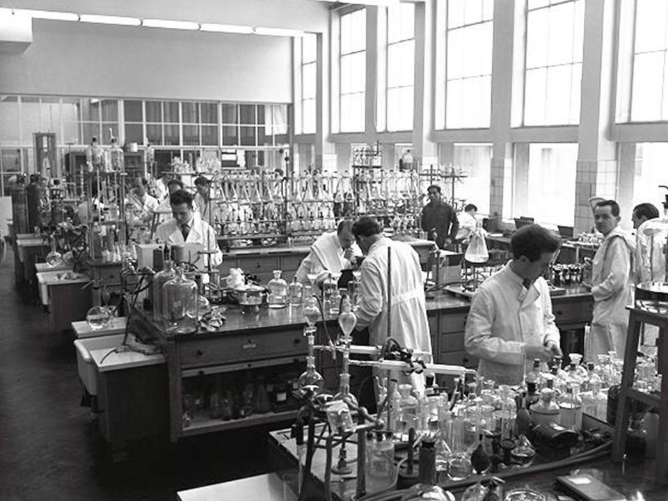 In de praktijk wordt meestal gebruik gemaakt van de extinctie E die is gedefinieerd als: E= - log T = - log 10 –ε c d = ε c d De extinctie is dus recht evenredig met de concentratie en met de optische weglengte Kwantitatieve spectrometrie; Wet van Lambert-Beer (3)