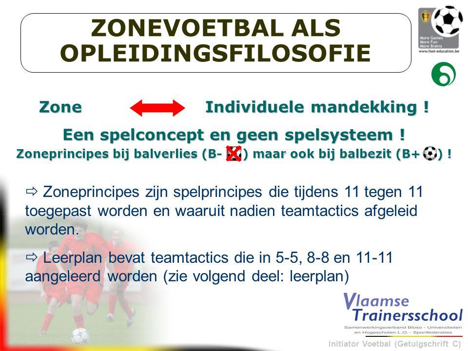 Initiator Voetbal (Getuigschrift C) COLLECTIEF POSITIESPEL MET ALS DOEL DE TEGENSTAND TE BEHEERSEN IN DE ZONE, NAMELIJK DE ZONE TUSSEN DE BAL EN HET DOEL EN DE VOLLEDIGE WAARHEIDSZONE DEFINITIE ZONEVOETBAL  1 geheel van 11 spelers > som van 11 individualiteiten  Evenwichtige verdeling en beperking van de fysieke inspanningen  Gedeelde collectieve verantwoordelijkheid  Zeer snelle omschakeling van balbezit naar balverlies en omgekeerd: bv.