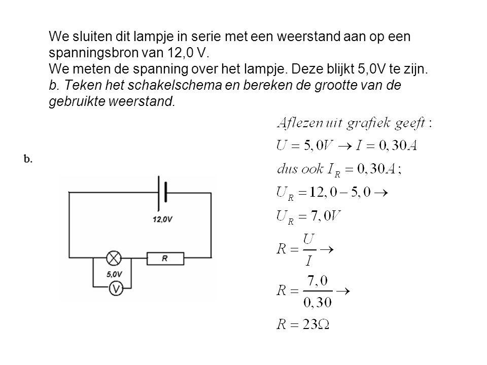 We sluiten dit lampje in serie met een weerstand aan op een spanningsbron van 12,0 V. We meten de spanning over het lampje. Deze blijkt 5,0V te zijn.