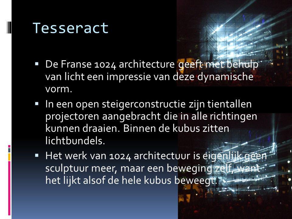 Tesseract  De Franse 1024 architecture geeft met behulp van licht een impressie van deze dynamische vorm.  In een open steigerconstructie zijn tient