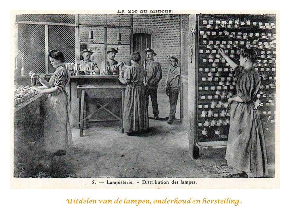 De mijnwerkers voor de lampenkamer om er hun lamp af te halen voor ze afdaalden in de mijn