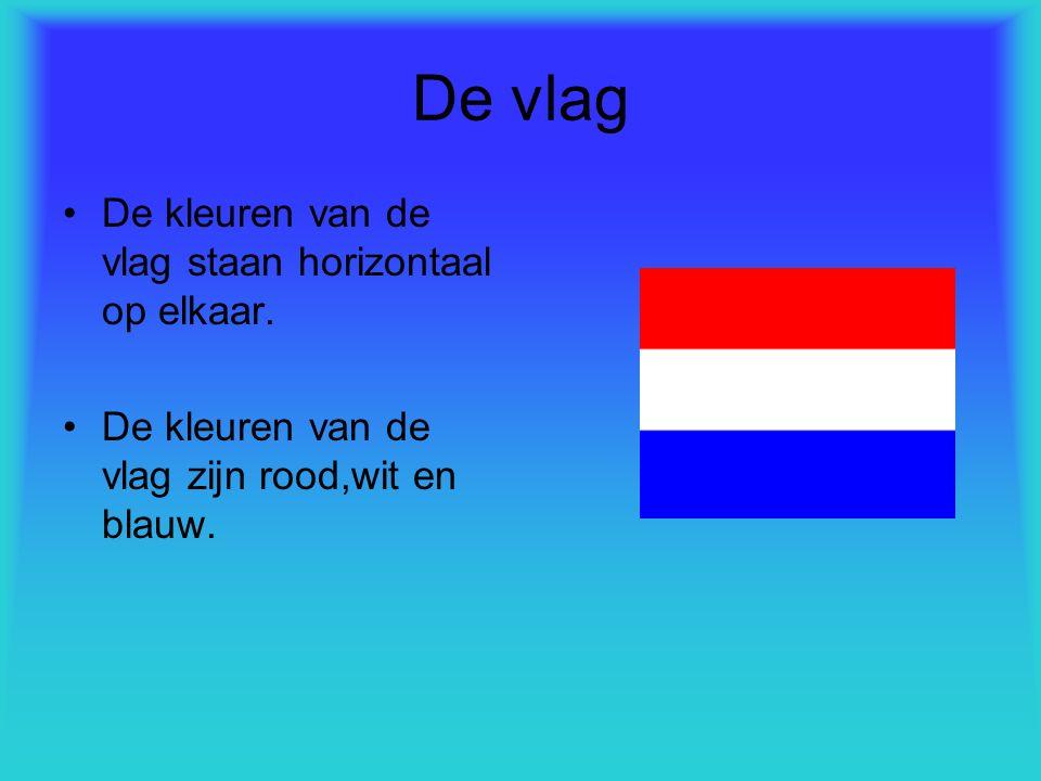 De vlag De kleuren van de vlag staan horizontaal op elkaar. De kleuren van de vlag zijn rood,wit en blauw.