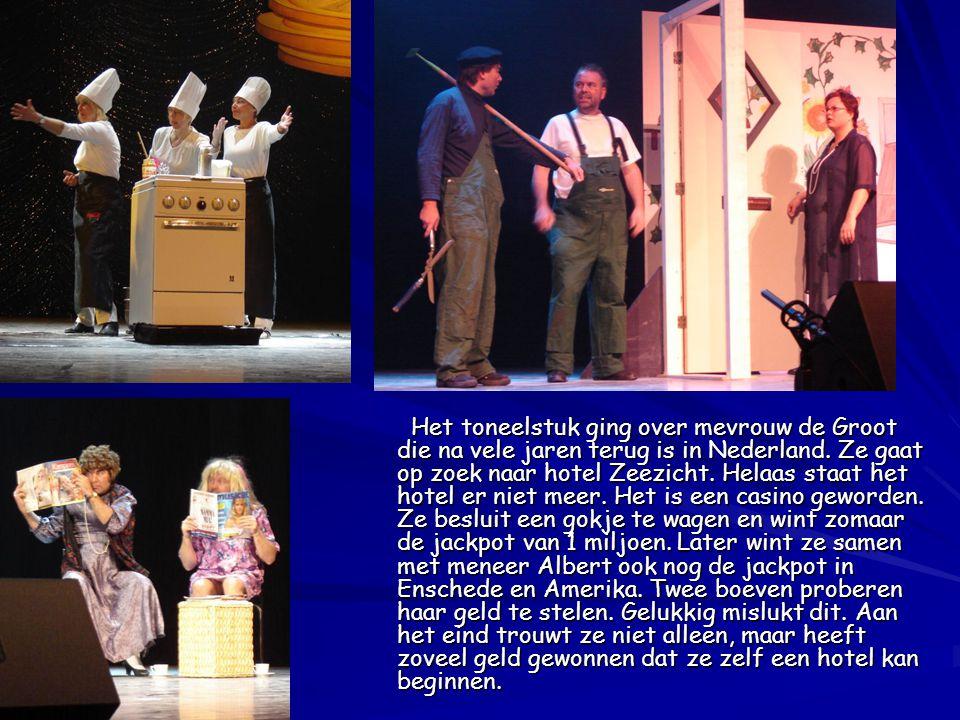 Het toneelstuk ging over mevrouw de Groot die na vele jaren terug is in Nederland. Ze gaat op zoek naar hotel Zeezicht. Helaas staat het hotel er niet