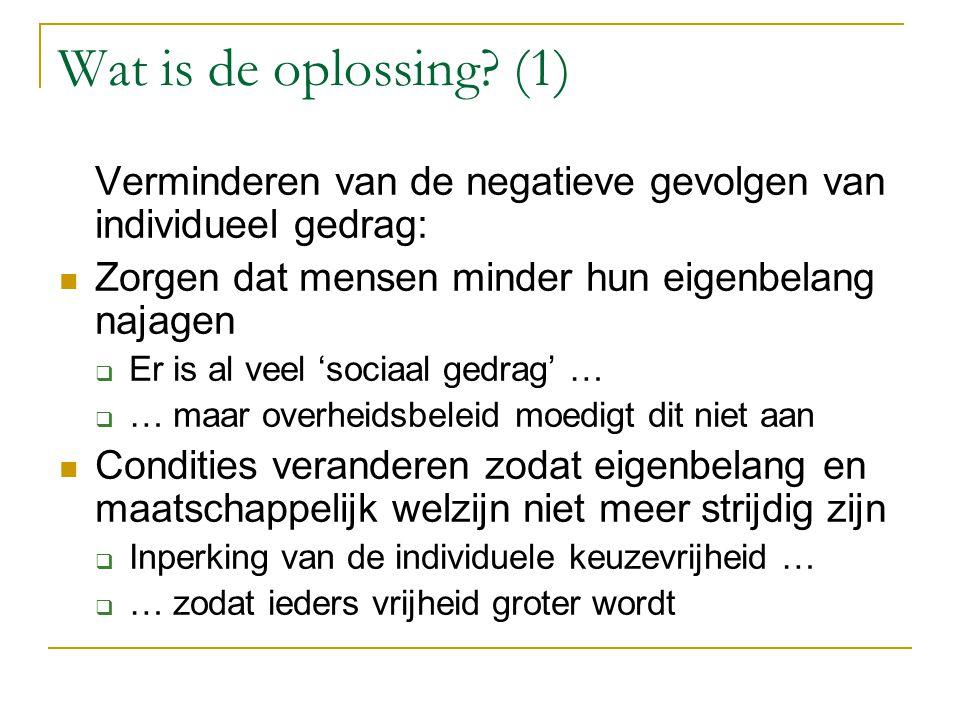 Wat is de oplossing? (1) Verminderen van de negatieve gevolgen van individueel gedrag: Zorgen dat mensen minder hun eigenbelang najagen  Er is al vee