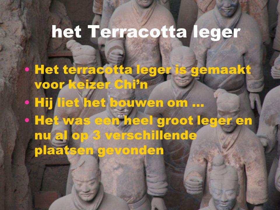 het Terracotta leger Het terracotta leger is gemaakt voor keizer Chi'n Hij liet het bouwen om … Het was een heel groot leger en nu al op 3 verschillen