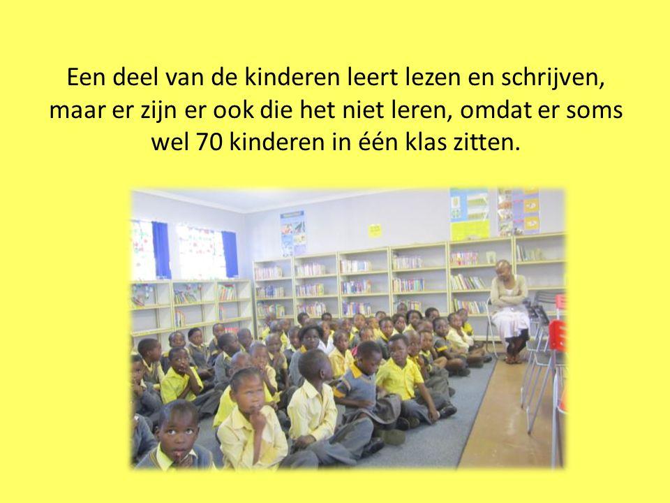 Een deel van de kinderen leert lezen en schrijven, maar er zijn er ook die het niet leren, omdat er soms wel 70 kinderen in één klas zitten.