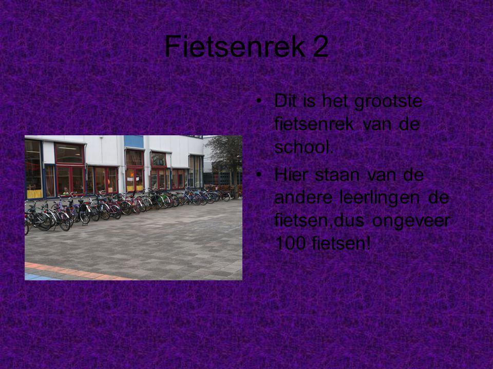 Fietsenrek 2 Dit is het grootste fietsenrek van de school. Hier staan van de andere leerlingen de fietsen,dus ongeveer 100 fietsen!