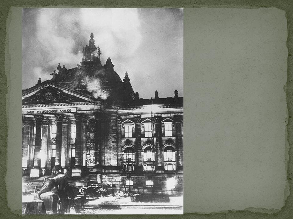 27 feb 1933: de Rijksdag vliegt in brand. Hitler zegt: de communisten gaan aanvallen. De Duitsers zijn zo bang dat ze een wet tekenen, waardoor Hitler