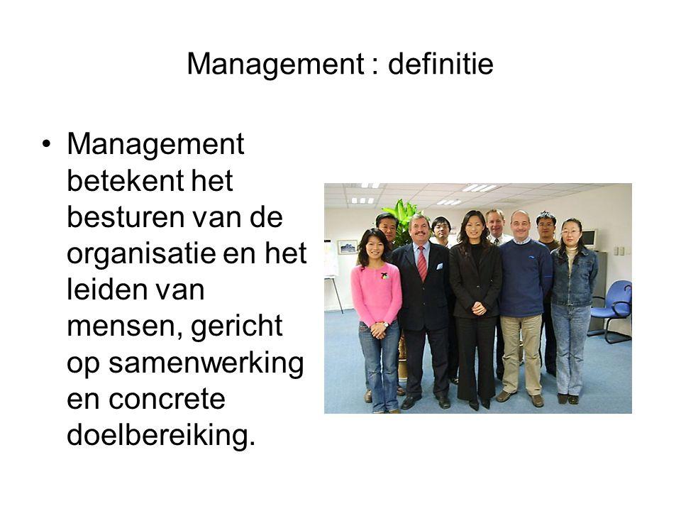 Management : definitie Management betekent het besturen van de organisatie en het leiden van mensen, gericht op samenwerking en concrete doelbereiking.