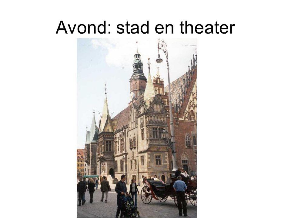 Avond: stad en theater