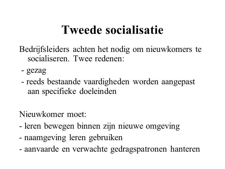 Tweede socialisatie Bedrijfsleiders achten het nodig om nieuwkomers te socialiseren. Twee redenen: - gezag - reeds bestaande vaardigheden worden aange