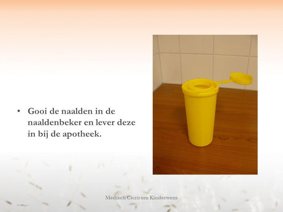 In V002_v1 Medisch Centrum Kinderwens Gooi de naalden in de naaldenbeker en lever deze in bij de apotheek.