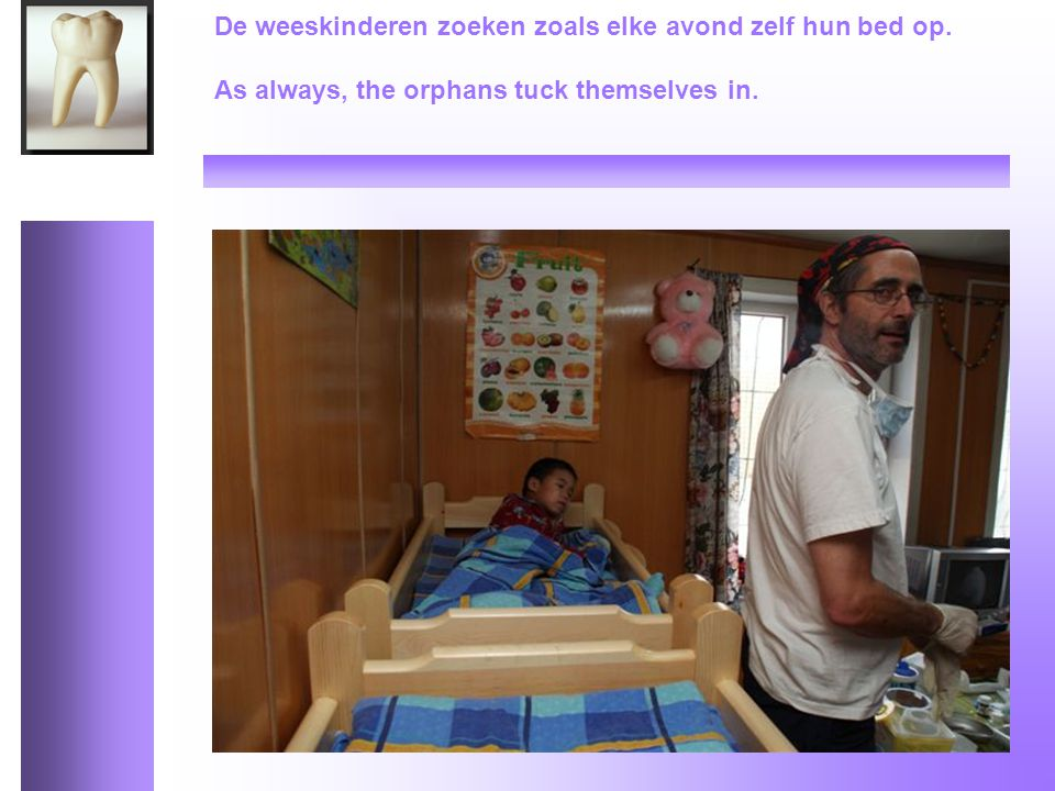 De weeskinderen zoeken zoals elke avond zelf hun bed op. As always, the orphans tuck themselves in.