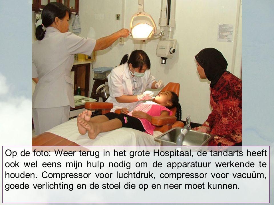 Op de foto: Weer terug in het grote Hospitaal, de tandarts heeft ook wel eens mijn hulp nodig om de apparatuur werkende te houden.