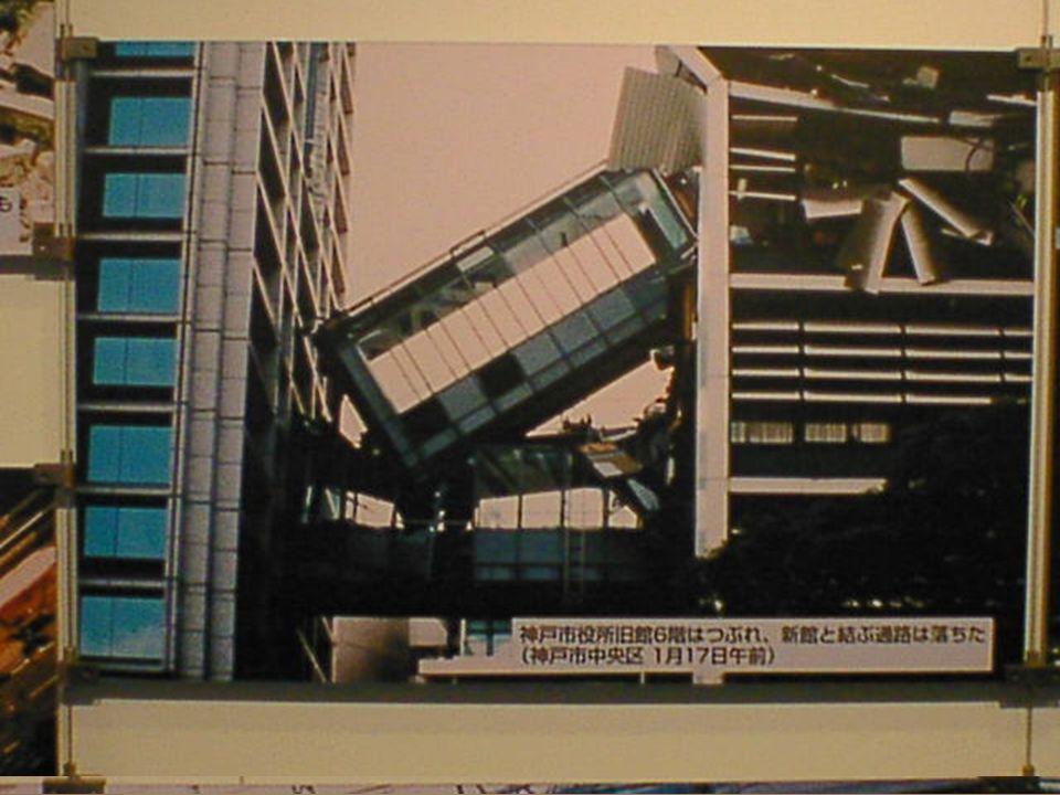 Schade in het centrum van Kobe na de aardbeving