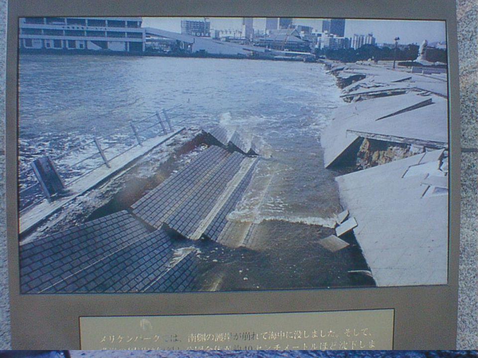 Schade in de haven, die voor een groot deel uit op zee gewonnen eilanden bestaat: Harbor Island en Rocco Island