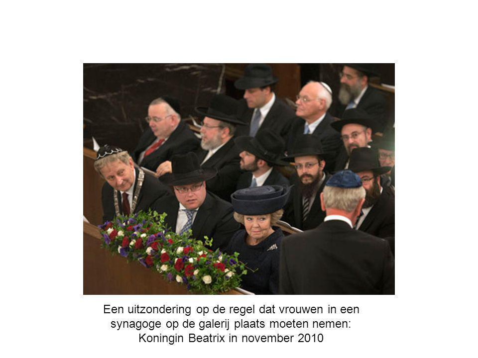 Een uitzondering op de regel dat vrouwen in een synagoge op de galerij plaats moeten nemen: Koningin Beatrix in november 2010