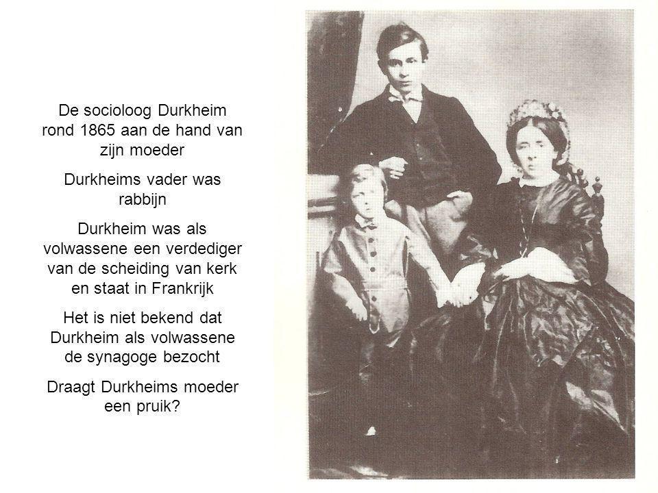 De socioloog Durkheim rond 1865 aan de hand van zijn moeder Durkheims vader was rabbijn Durkheim was als volwassene een verdediger van de scheiding van kerk en staat in Frankrijk Het is niet bekend dat Durkheim als volwassene de synagoge bezocht Draagt Durkheims moeder een pruik?