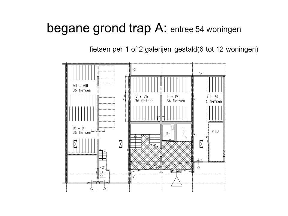 begane grond trap A: entree 54 woningen fietsen per 1 of 2 galerijen gestald(6 tot 12 woningen)