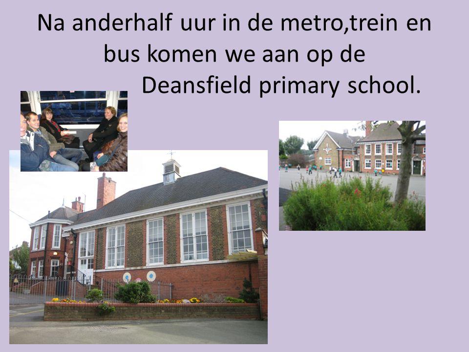 Na anderhalf uur in de metro,trein en bus komen we aan op de Deansfield primary school.