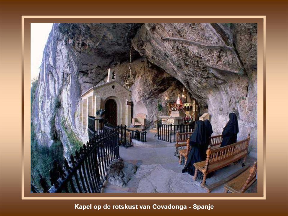 Kapel op de rotskust van Covadonga - Spanje