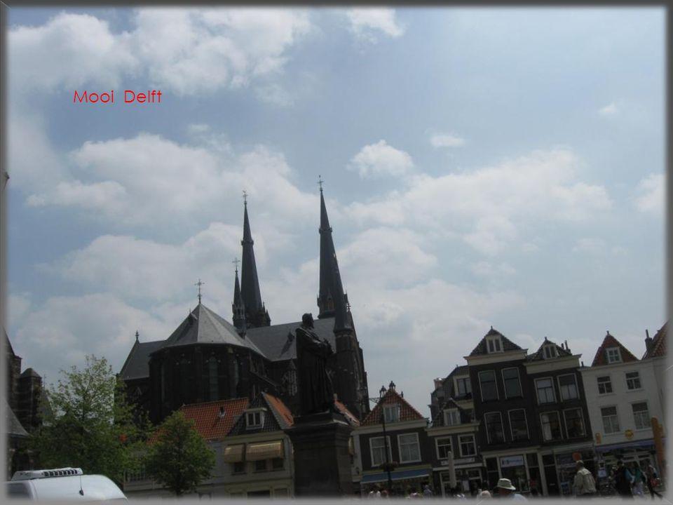 Het stadhuis werd gebouwd in 13 de eeuw. in 1536/1618 is die door brand verwoest.in de 20st eeuw herbouwd DELFT