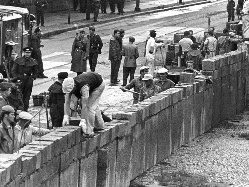 Berliner mauer  Vluchten Oost  West  13/08/1961  Grenzen sluiten  Prikkeldraad  Stuk per stuk muur  Tragisch  245  9 maand voor opening  9/1