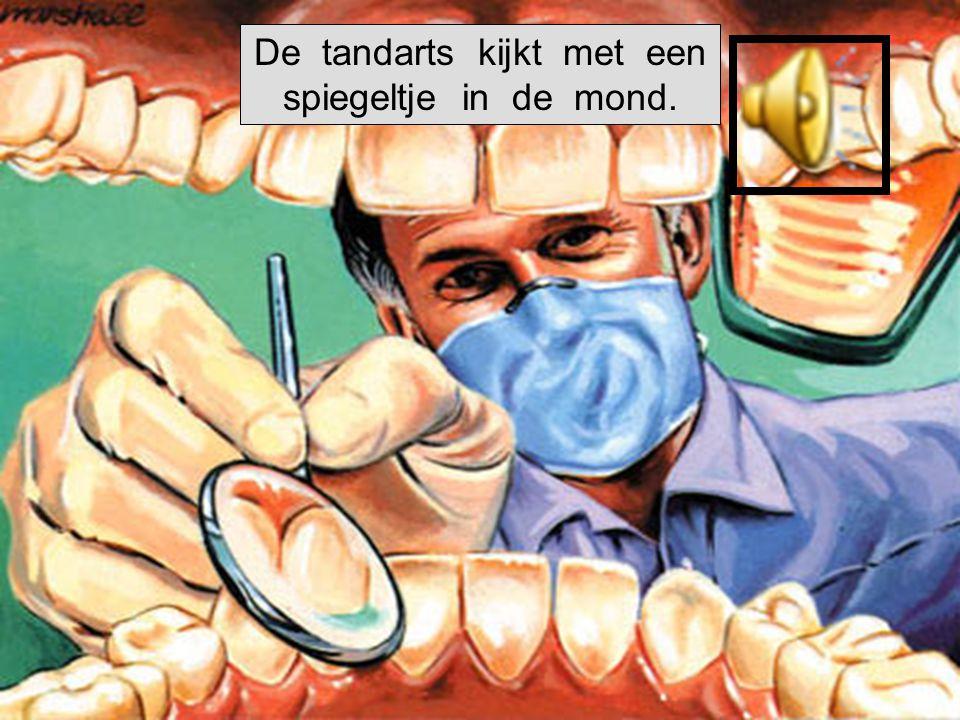 De tandarts boort in de tand.