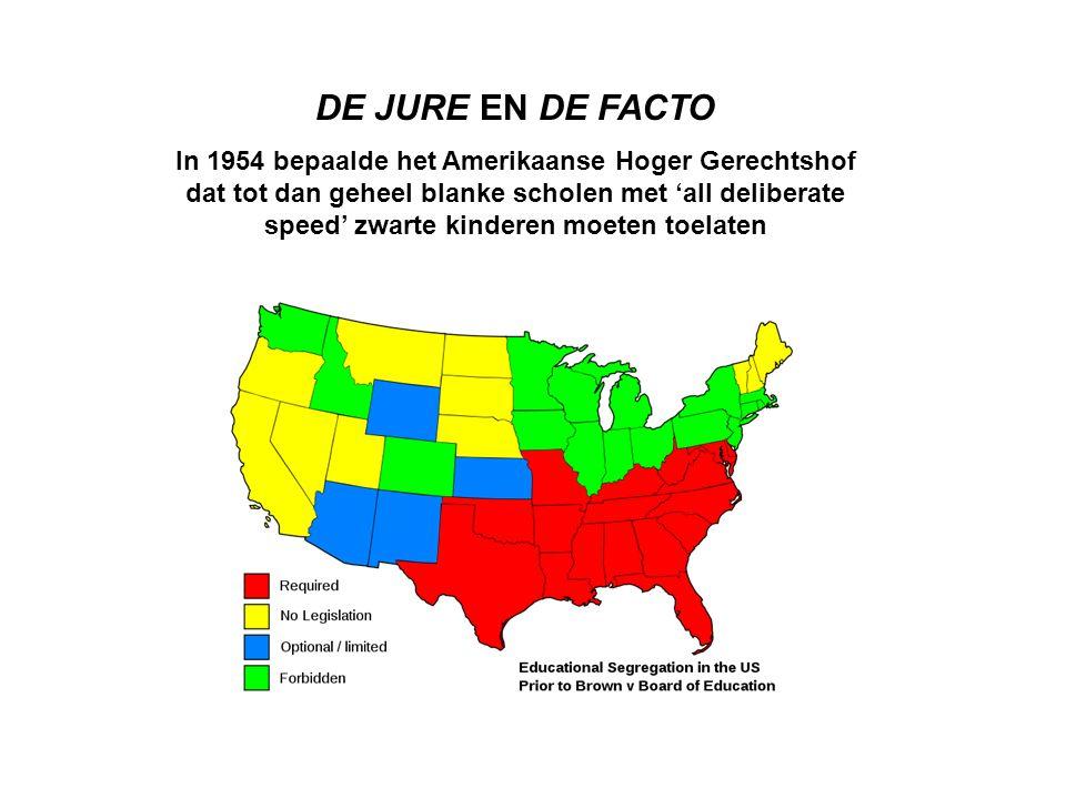 DE JURE EN DE FACTO In 1954 bepaalde het Amerikaanse Hoger Gerechtshof dat tot dan geheel blanke scholen met 'all deliberate speed' zwarte kinderen moeten toelaten