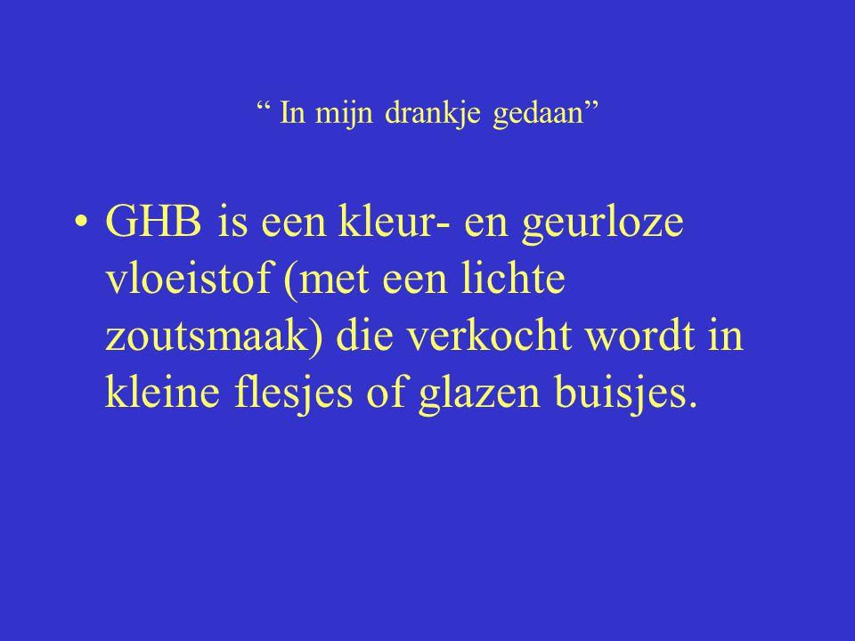 """"""" In mijn drankje gedaan"""" GHB is een kleur- en geurloze vloeistof (met een lichte zoutsmaak) die verkocht wordt in kleine flesjes of glazen buisjes."""
