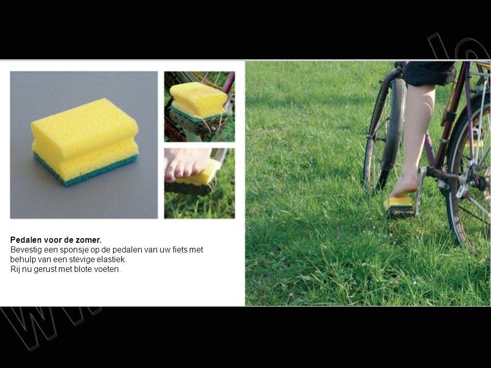 Pedalen voor de zomer. Bevestig een sponsje op de pedalen van uw fiets met behulp van een stevige elastiek. Rij nu gerust met blote voeten.