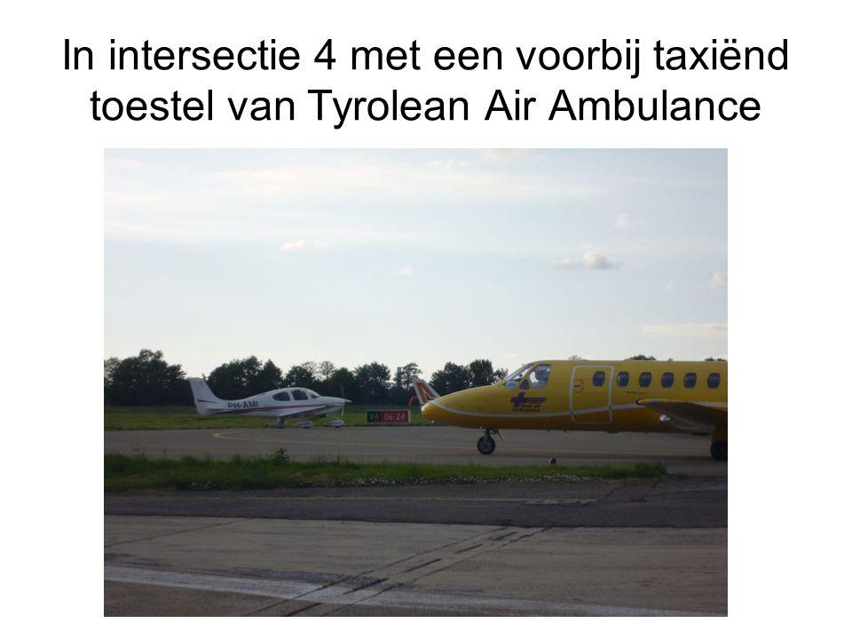 In intersectie 4 met een voorbij taxiënd toestel van Tyrolean Air Ambulance