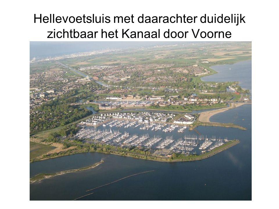 Hellevoetsluis met daarachter duidelijk zichtbaar het Kanaal door Voorne