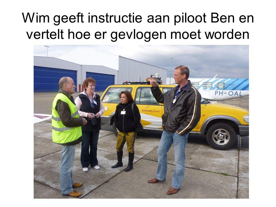Wim geeft instructie aan piloot Ben en vertelt hoe er gevlogen moet worden