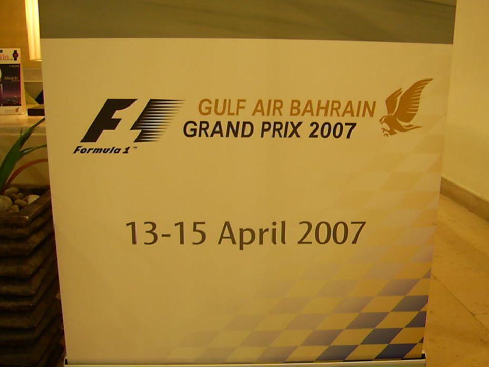 F1 in Bahrain Het luchthaven gebouw de vliegtuigen zelfs de staartbaan je kan er niet naast kijken.