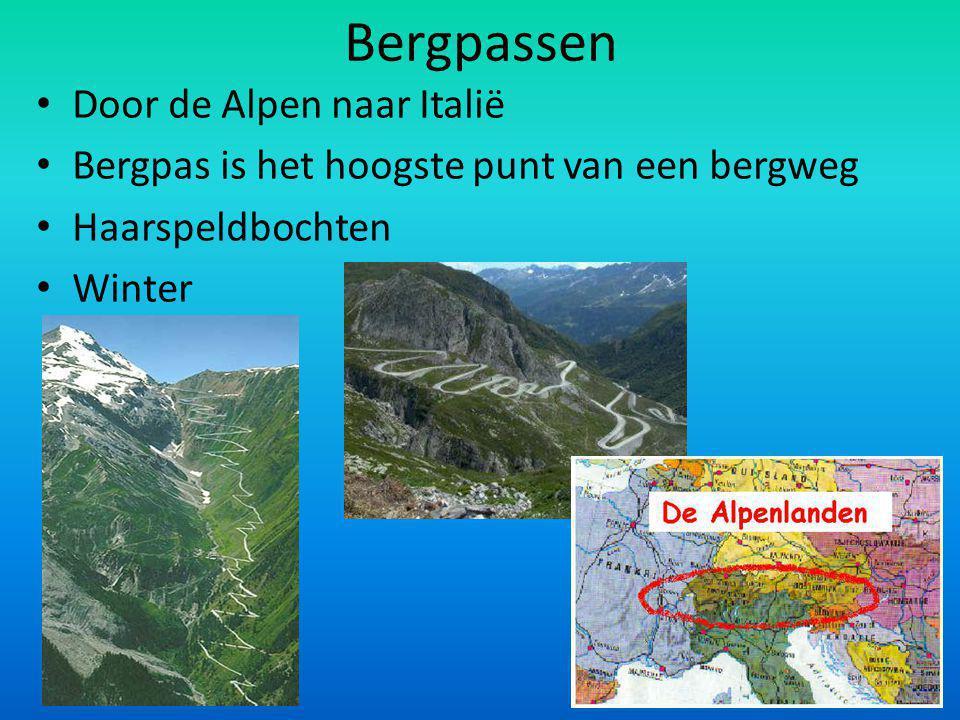 Bergpassen Door de Alpen naar Italië Bergpas is het hoogste punt van een bergweg Haarspeldbochten Winter