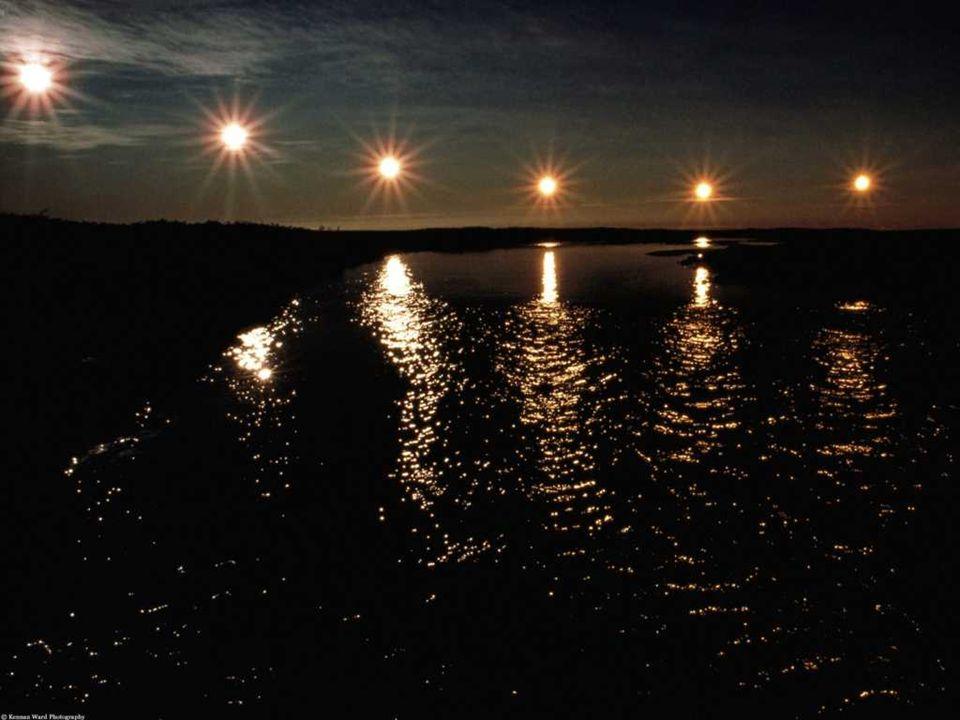 De middernachtzon is een fenomeen dat men kan observeren boven de noordpoolcirkel en ten zuiden van de zuidpoolcirkel. De zon is er 24 uur per dag zic