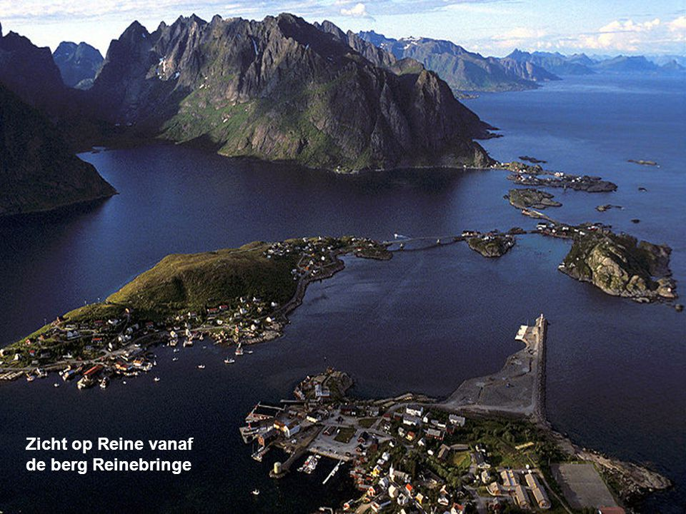 Reine is een kleine vissersplaatsje aan de oostelijke kant van de Lofoten in Noorwegen. Het is het administratieve centrum van de gemeente Moskenes. R