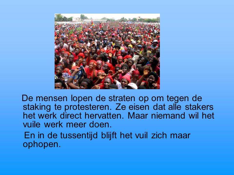 De mensen lopen de straten op om tegen de staking te protesteren. Ze eisen dat alle stakers het werk direct hervatten. Maar niemand wil het vuile werk