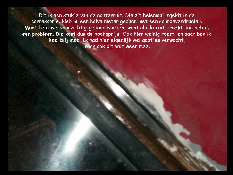 Dit is een stukje van de achterruit. Die zit helemaal ingekit in de carressorie.