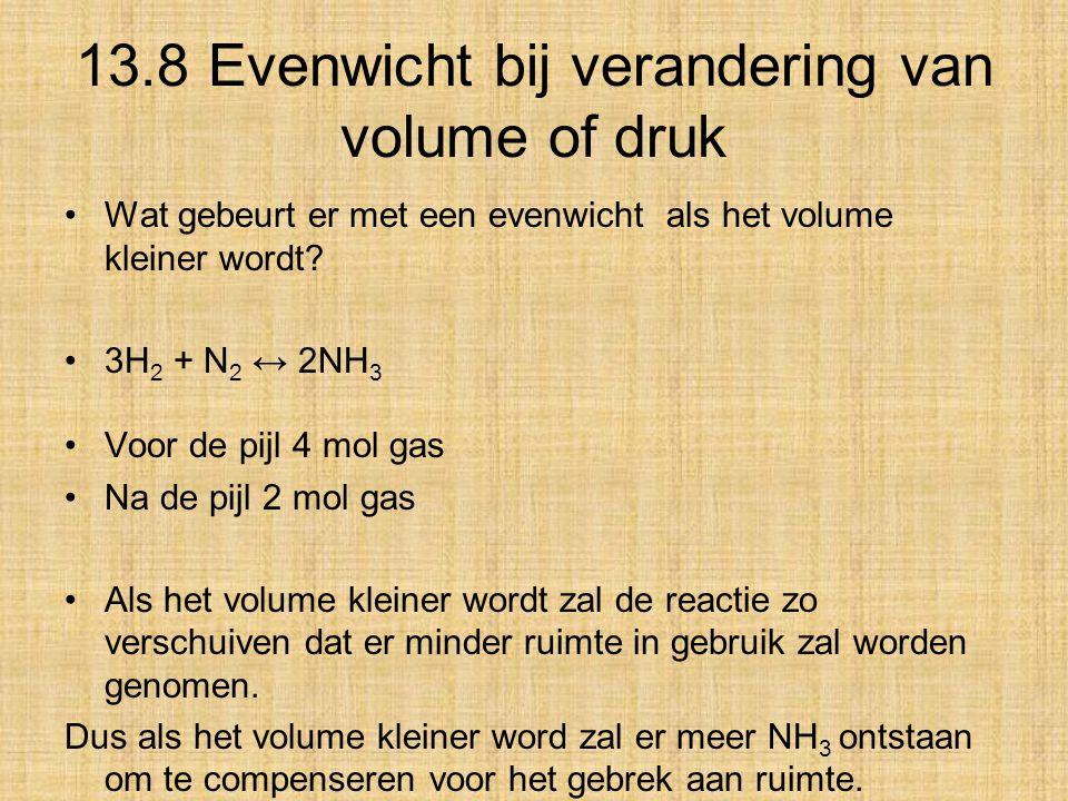 13.8 Evenwicht bij verandering van volume of druk Wat gebeurt er met een evenwicht als het volume kleiner wordt? 3H 2 + N 2 ↔ 2NH 3 Voor de pijl 4 mol