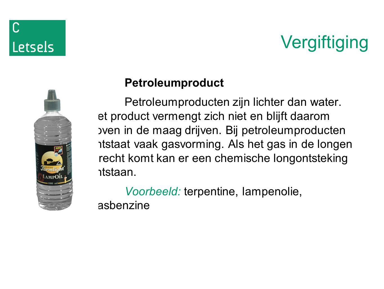 Vergiftiging Petroleumproduct Petroleumproducten zijn lichter dan water. Het product vermengt zich niet en blijft daarom boven in de maag drijven. Bij