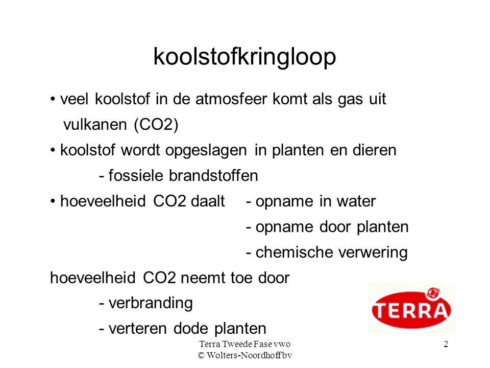 Terra Tweede Fase vwo © Wolters-Noordhoff bv 2 koolstofkringloop veel koolstof in de atmosfeer komt als gas uit vulkanen (CO2) koolstof wordt opgeslagen in planten en dieren - fossiele brandstoffen hoeveelheid CO2 daalt - opname in water - opname door planten - chemische verwering hoeveelheid CO2 neemt toe door - verbranding - verteren dode planten