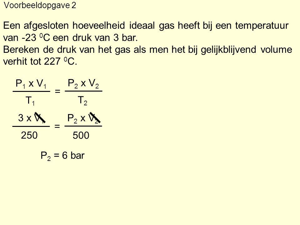 Een afgesloten hoeveelheid ideaal gas heeft bij een temperatuur van -23 0 C een druk van 3 bar. Bereken de druk van het gas als men het bij gelijkblij